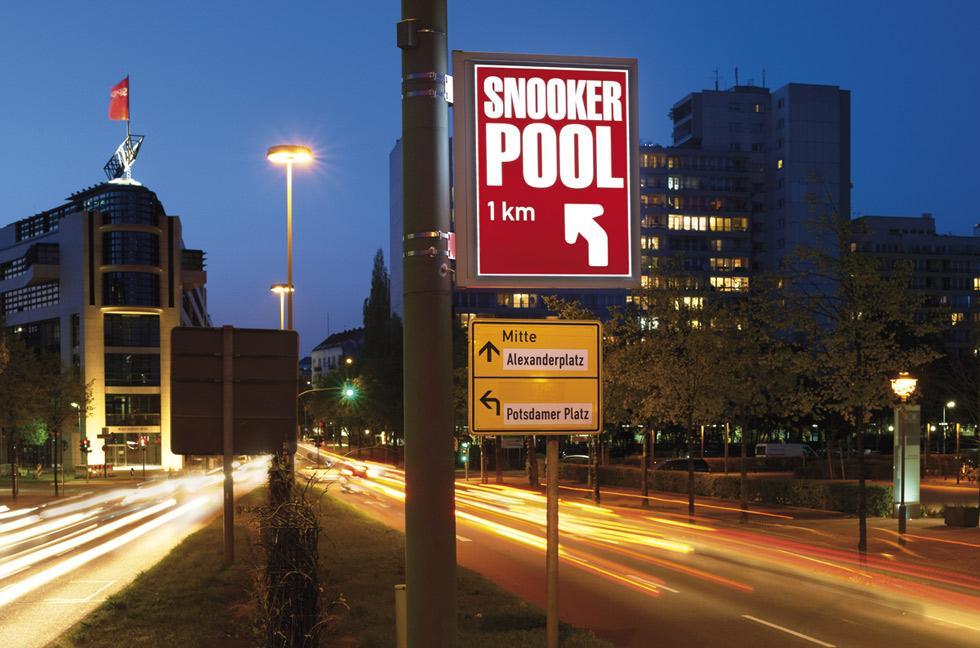 Schilder an Laternen, beleuchtet Mastenschilder, Straßenlaternen Werbung, Berlin