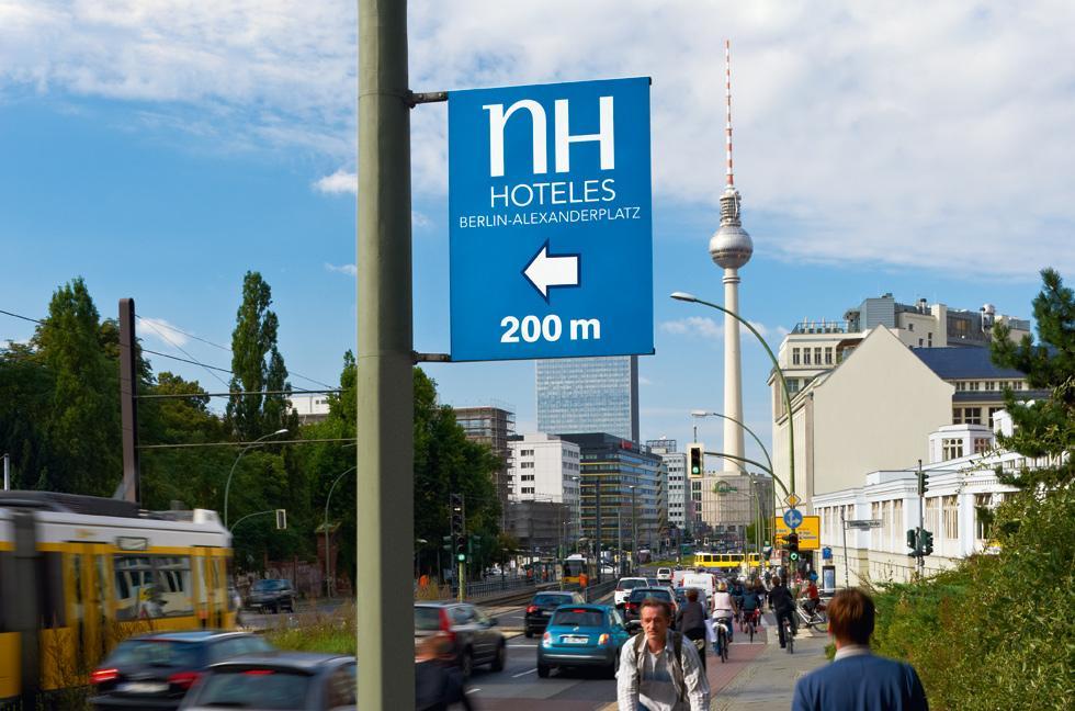 Schilder an Laternen, Mastenschilder, Straßenlaternen Werbung, Berlin