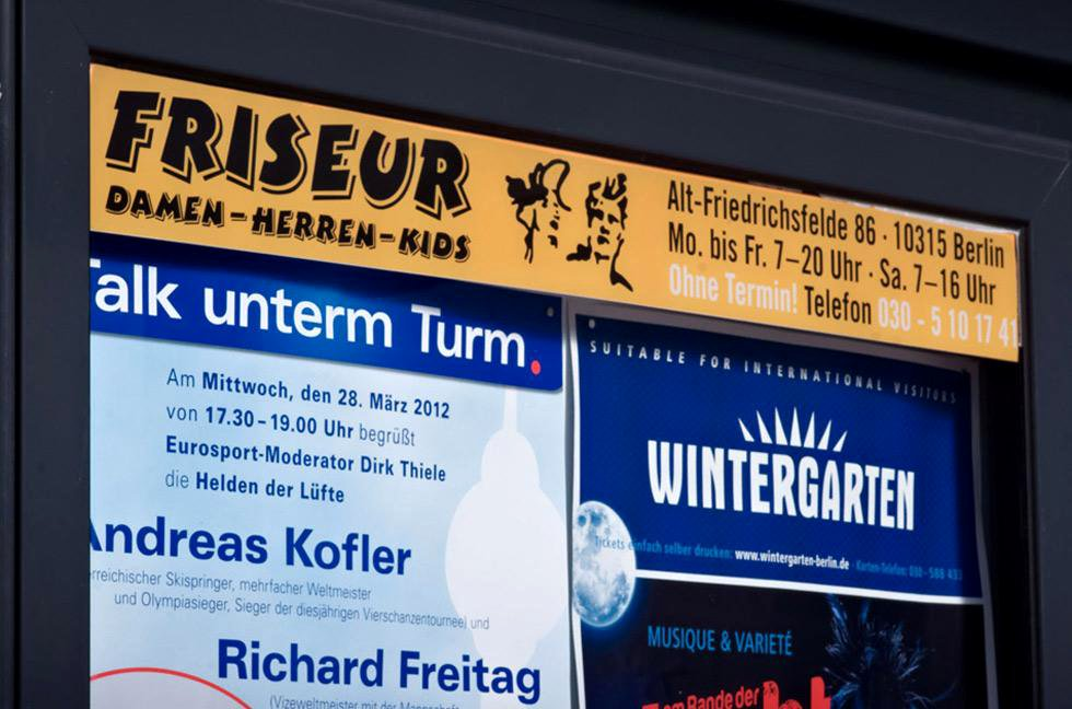 Blenden an Wartehallen, Werbefolie, Dauerwerbung, Berlin